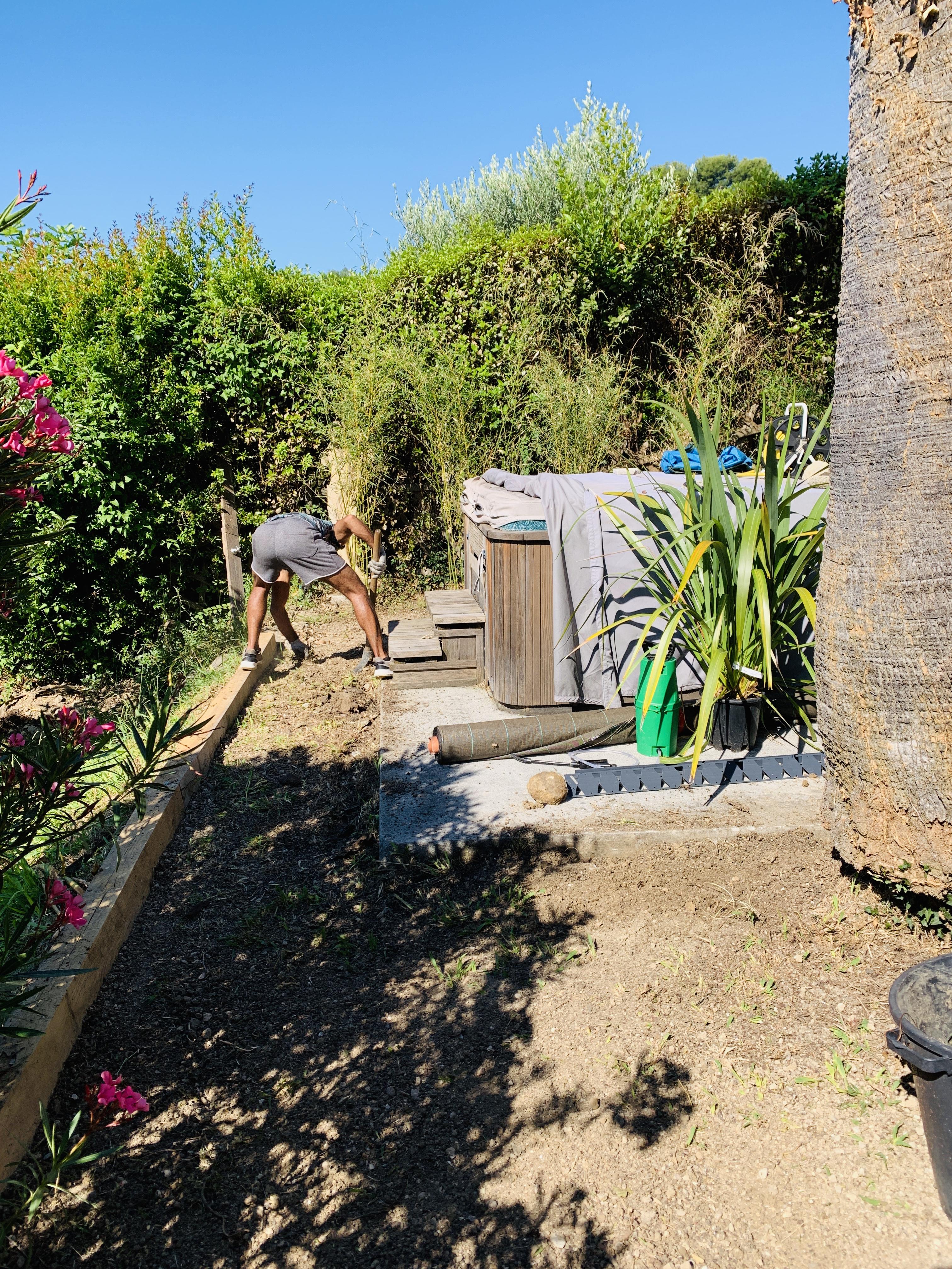 Installation des poutres de chênes qui serviront de retenus pour les graviers ainsi que de séparateurs entre les planches.