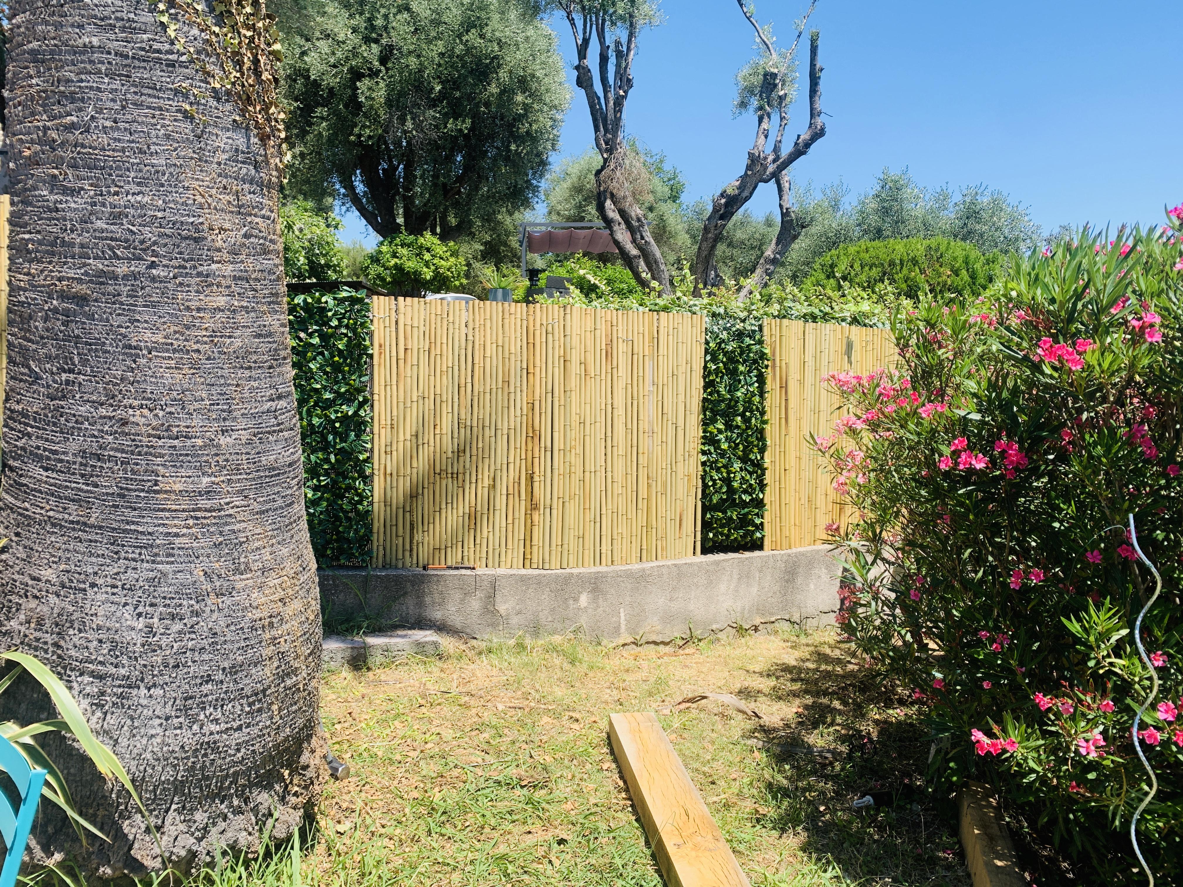 Installation des clôtures de bambous pleins, ainsi que des haies synthétiques de lauriers sauce.